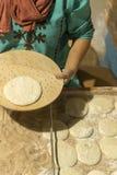 Женщина печет свежие торты Вертикальное фото стоковые изображения rf