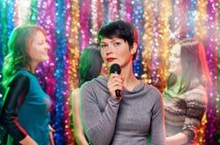 женщина пея в микрофоне Стоковое Изображение RF