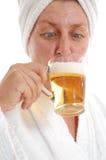 женщина пива выпивая Стоковое Изображение