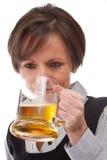 женщина пива выпивая Стоковые Фотографии RF