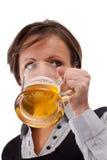 женщина пива выпивая Стоковые Изображения