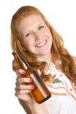 женщина пива выпивая Стоковое фото RF