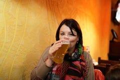 женщина пива выпивая Стоковое Фото