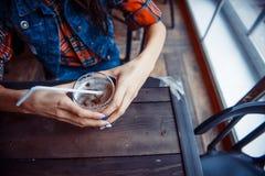Женщина пива наслаждаясь свежим проектом на кафе Обрабатывать искусства Стоковое Фото