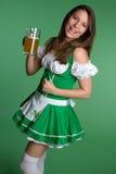 женщина пива смеясь над Стоковое Изображение
