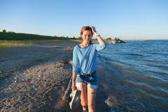 Женщина пинает волны стоковые фотографии rf