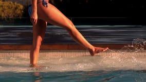 Женщина пиная и брызгая в бассейне сток-видео