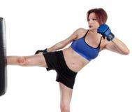 женщина пинком боксера мешка пробивая Стоковая Фотография RF