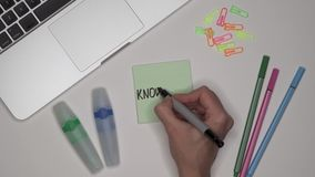 Женщина писать знание на блокноте, конец вверх Ноутбук и канцелярские принадлежности на столе акции видеоматериалы