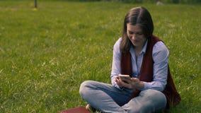 Женщина писать к тетради и социальной сети акции видеоматериалы