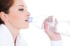женщина питьевой воды бутылки Стоковое Фото