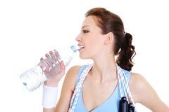 женщина питьевой воды стоковое изображение