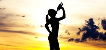 женщина питьевой воды Стоковая Фотография RF