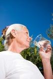 женщина питьевой воды стоковое фото rf