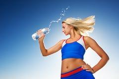 женщина питьевой воды стоковые изображения rf