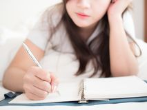 Женщина пишет дневник стоковая фотография