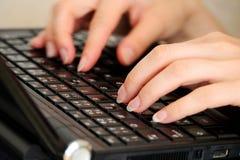 Женщина пишет на ее черной тетради Стоковые Изображения RF