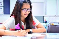 Женщина пишет отчет Стоковое Изображение RF