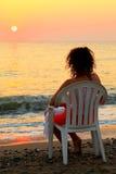 женщина пластмассы стула пляжа сидя белая Стоковая Фотография RF