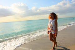 женщина пляжа гуляя Стоковые Изображения RF