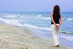 женщина пляжа гуляя Стоковая Фотография