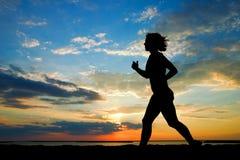 женщина пляжа идущая Стоковое Изображение RF