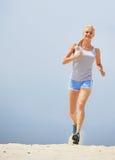 женщина пляжа идущая стоковое фото rf