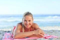 женщина пляжа красивейшая вниз лежа Стоковые Изображения RF