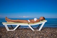 женщина пляжа красивейшая ослабляя Стоковое Фото