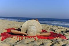 женщина пляжа лежа ослабляя стоковые фотографии rf