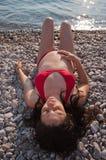 женщина пляжа лежа супоросая утесистая Стоковое Изображение
