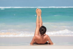 женщина пляжа лежа Стоковая Фотография RF