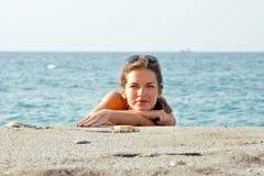 женщина пляжа ослабляя Стоковая Фотография