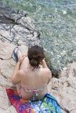 женщина пляжа ослабляя Стоковое фото RF