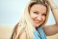 женщина пляжа отдыхая Стоковое фото RF