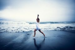 женщина пляжа счастливая идущая Стоковые Изображения