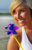 женщина пляжа счастливая стоковое изображение rf