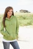 женщина пляжа с капюшоном стоящая верхняя нося Стоковое Изображение