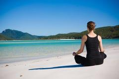 женщина пляжа meditating стоковая фотография rf