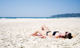 женщина пляжа sunbathing Стоковые Фотографии RF