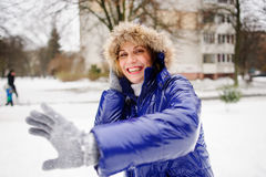 Женщина поворачивает кроме снежных комьев летая к ей стоковая фотография rf