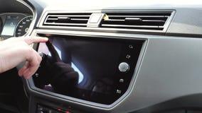 Женщина поворачивает на современное радио в автомобиле Фольксваген места сток-видео