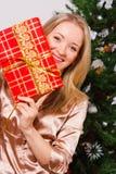 женщина подарка коробки счастливая красная Стоковые Фотографии RF