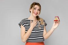 женщина подарка коробки excited Стоковое Изображение