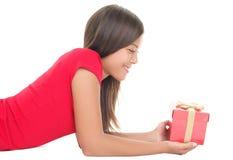женщина подарка рождества изолированная удерживанием красная белая Стоковые Фотографии RF
