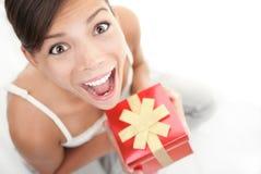 женщина подарка счастливая Стоковое фото RF