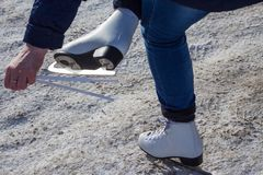 Женщина подготавливает ехать на коньках стоковые изображения rf