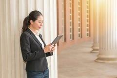 Женщина подготавливает законную информацию через пусковую площадку Стоковые Фотографии RF