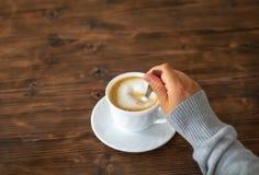 Женщина подготавливает кофе стоковое изображение rf