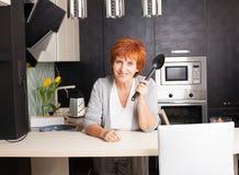 Женщина подготавливая макаронные изделия дома стоковые изображения rf